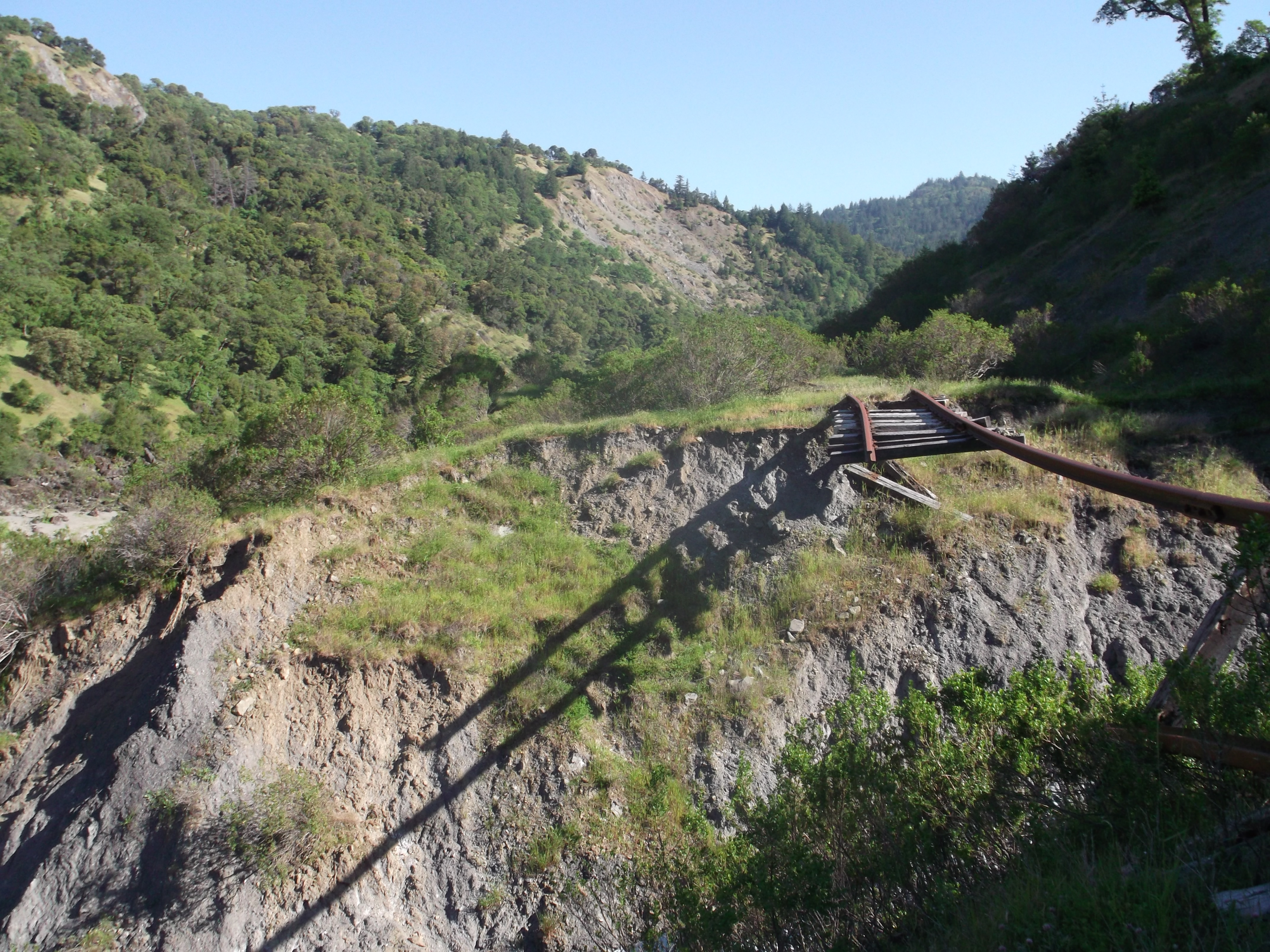 A lone, determined rail spans a deep chasm, in desperation. (photo by D. Speredelozzi)
