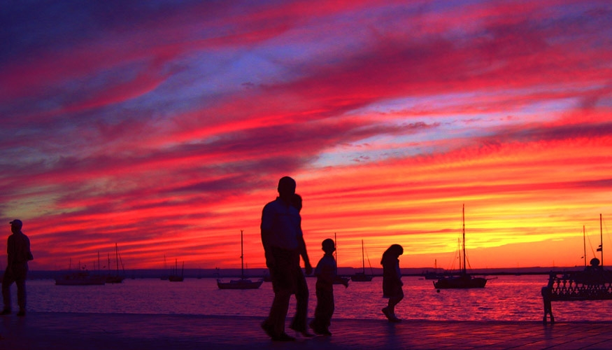 The waterfront of La Paz at sunset. (image by zentastic.com)