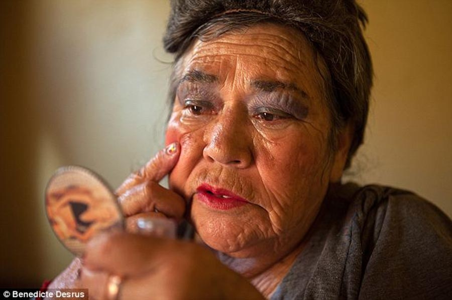 Un momento, por favor- while I put on my face. Gracias. (image by dailymail.com)